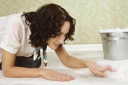 Как почистить ковер и избавиться от запаха?