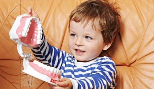 Когда стоит обращаться к детскому стоматологу?